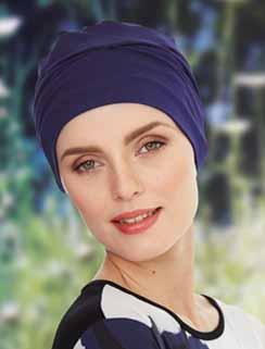 Femme portant un turban bleu marine