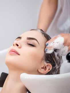 Femme qui se fait faire un shampoing