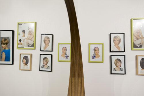 Mur avec des photos de femmes dans le salon de Sophie Leroux