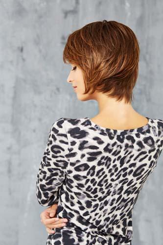 Femme portant une perruque coupe de couleur auburn