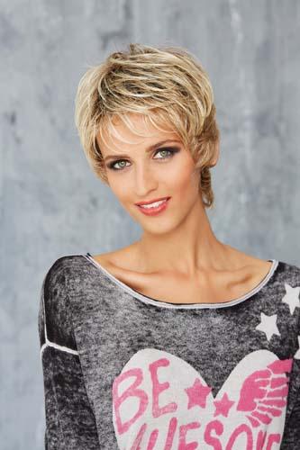 Femme qui sourie portant une perruque blonde