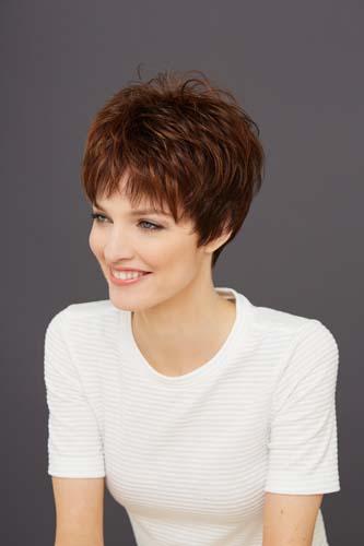Femme portant une perruque courte auburn