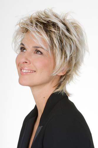 Femme souriante portant une perruque blonde avec une coupe courte déstructurée