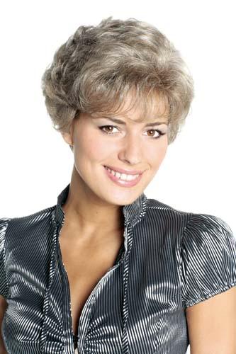 Femme qui sourie portant une perruque blond cendré