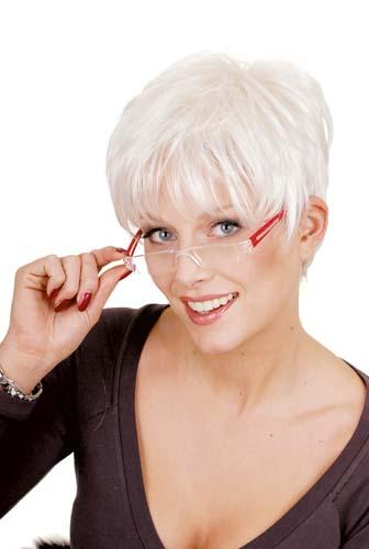 Femme mature portant une perruque courte blanche