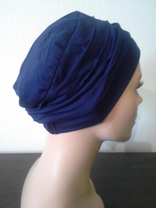 turban bleu roi uni posé sur une tête de mannequin