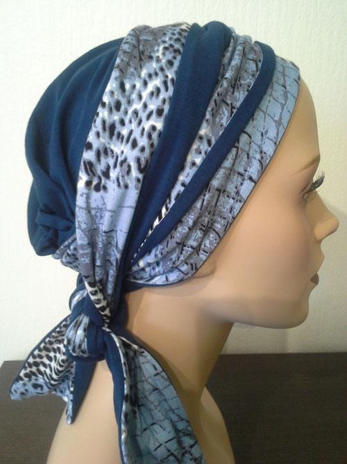 turban bleu à motifs posé sur une tête de mannequin