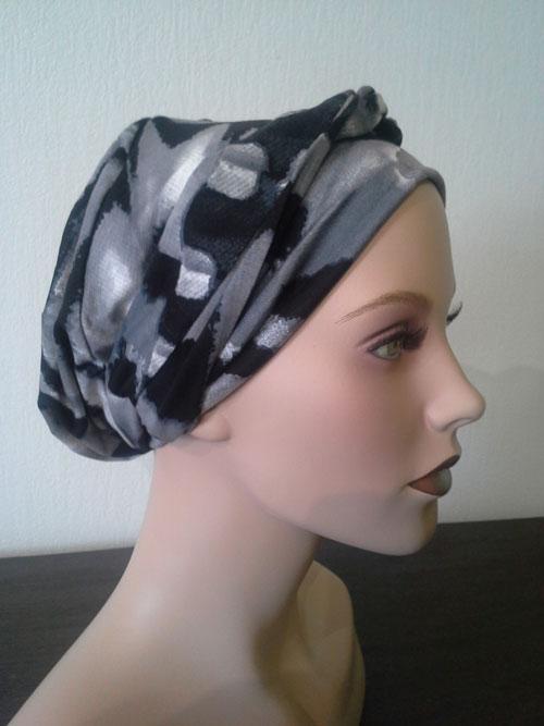 turban gris à motifs posé sur une tête de mannequin