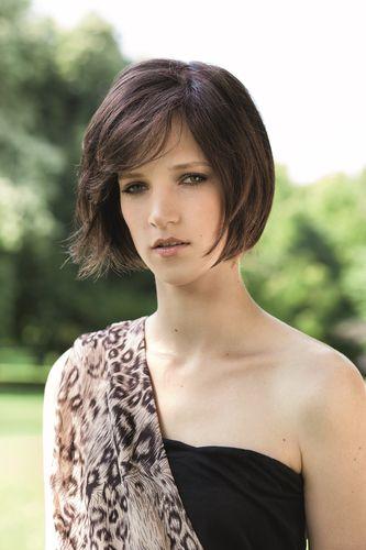 Jeune femme portant une perruque brune