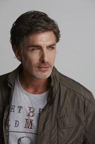 Homme mature brun regard à droite